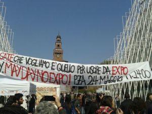 Presidio e striscione 'no Expo' nel centro di Milano