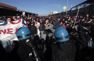 Un momento degli scontri, con cariche da parte delle forze dell'ordine, avvenuti a Bologna purante la manifestazione della Lega Nord, 8 novembre 2015. ANSA/ MASSIMO PERCOSSI
