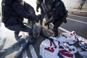 Un momento degli scontri scoppiati durante la manifestazione di protesta contro il raduno della Lega Nord, 8 novembre 2015. ANSA/ MASSIMO PERCOSSI