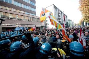 Scontri tra manifestanti e Forze dell'Ordine durante la manifestazione per la Scuola contro il Governo Renzi. Milano, 13 novembre 2015.  ANSA/MOURAD BALTI TOUATI