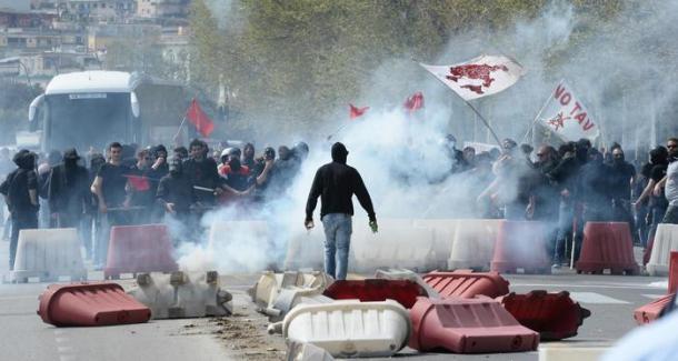 ++ Bagnoli: corteo protesta, lacrimogeni e lancio pietre ++