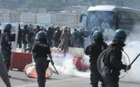 Momenti di tensione sul lungomare di Napoli tra le forze dell'ordine e un gruppo di manifestanti che sta partecipando al corteo di protesta contro l'arrivo in città del premier Matteo Renzi. Sono stati sparati lacrimogeni e anche alcune bombe carte. La gran parte del corteo si è divisa e allontata dal punto di scontro dove restano manifestani che lanciano pietre contro le forze dell'ordine, che hanno azionato gli idranti, 6 aprile 2016. ANSA/FUSCO