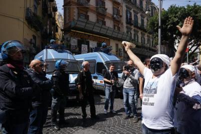 Il corteo di protesta contro il premier Matteo Renzi, atteso nel pomeriggio in città per partecipare alla cabina di regia su Bagnoli, Napoli, 6 aprile 2016. ANSA/CESARE ABBATE
