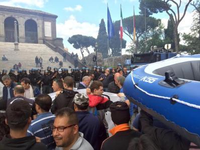 Momenti di tensione tra polizia e i manifestanti dei movimenti per la casa al Campidoglio, Roma, 12 maggio 2016. ANSA/DOMENICO PALESSE
