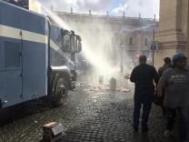 Cariche della polizia con gli idranti per sgomberare piazza del Campidoglio dove era in corso la manifestazione dei movimenti per casa, Roma, 12 maggio 2016. ANSA/DOMENICO PALESSE