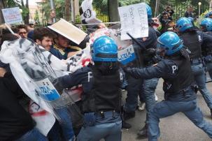 Un momento degli scontri tra polizia e manifestanti per la visita di Matteo Salvini alla sede di ingegneria dell'Universita' a Bologna, 5 maggio 2016. ANSA/GIORGIO BENVENUTI