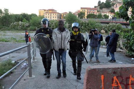 Migranti: Ventimiglia; forze ordine sgomberano profughi