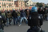 Un nomento di tensione durante il corteo della contromanifestazione organizzata dall'Anpi contro il raduno dei movimenti di ultradestra europei organizzato da Forza Nuova a Sturla, quartiere nel levante di Genova, 11 febbraio 2017. ANSA/ LUCA ZENNARO
