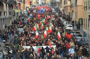 Un momento del corteo della contromanifestazione dell'Anpi contro il raduno dei movimenti di ultradestra europei organizzato da Forza Nuova a Sturla, quartiere nel levante di Genova, 11 febbraio 2017. ANSA/ LUCA ZENNARO