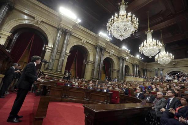 Catalogna 'sospende' indipendenza
